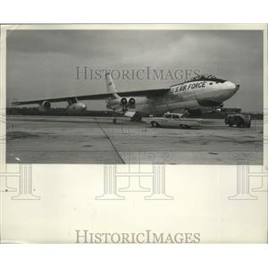 1960 Press Photo Automobile Under B-47 Plane Shows Plane Size at Weld Airport