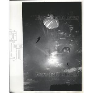 1965 Press Photo Two Parachutists Of Wisconsin Sky Divers Above Menomonee Falls