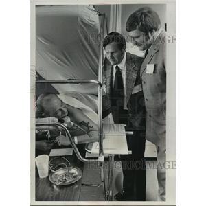 1975 Press Photo Del Crandall and Mike McCoy visit veteran Richard Warday