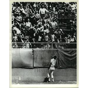 1978 Press Photo Indians' Johnny Grubb & baseball fans during game with Brewers