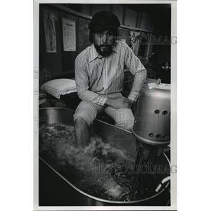 1974 Press Photo Injured Milwaukee Bucks basketball player, Dick Cunningham