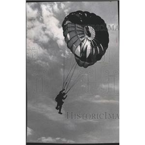 1986 Press Photo Army Golden Knight Parachute Descends At General Mitchell Field