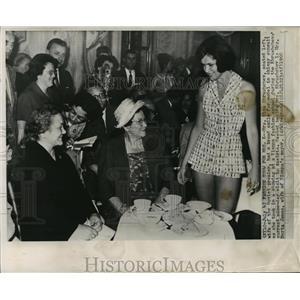 1960 Press Photo Mrs. Khrushchev at fashion show with Mrs. Herta Jonas, Vienna