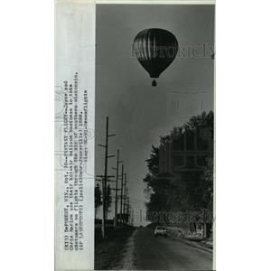 1988 Press Photo Joyce and Chris Barlow take customers on hot air balloon in WI