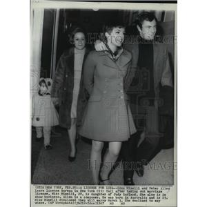 1967 Press Photo Lisa Minelli and Peter Allen leave license bureau, New York, NY
