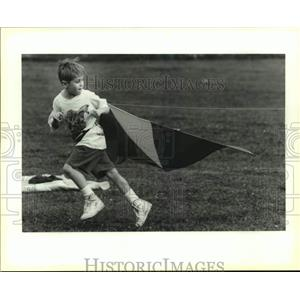 1991 Press Photo William Holby attempts to jump-start huge kite at City Park