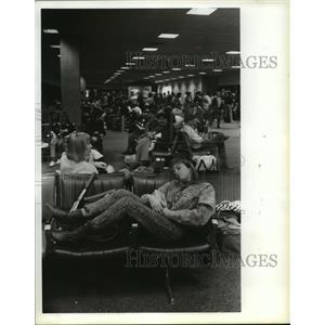 1987 Press Photo Sandi Gundy rests at Intercontinental Airport Houston
