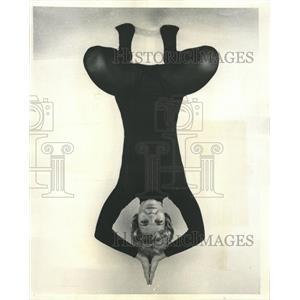 1971 Press Photo Squatting Postures Yoga Exercise Mich - RRW44345