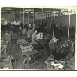 1942 Press Photo Dan Truax instructs Joe during training in power machinery
