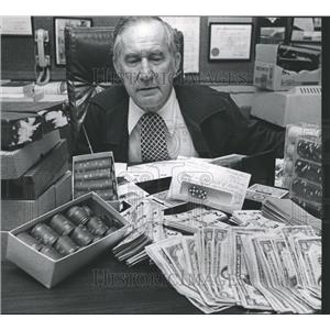 """1975 Press Photo C.P. """"Red"""" Walker, Shelby County Sheriff with gambling evidence"""