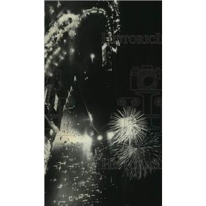 1976 Press Photo Fireworks exploded over Milwaukee's lakefront at Bicentennial.
