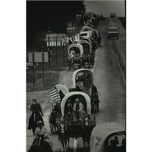 1976 Press Photo Bicentennial wagon train heading down west of Wisconsin Dells.