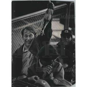 1977 Press Photo A disgruntled Green Bay Packers fan holds a chicken during game