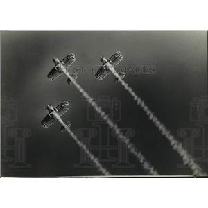 1981 Press Photo smoke trailed planes, Experimental Aviation airshow, Wisconsin