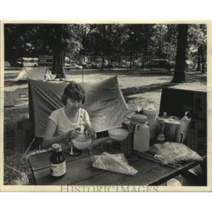 1983 Press Photo Dorothy Decker prepares food in EAA Camp Scholler, Wisconsin