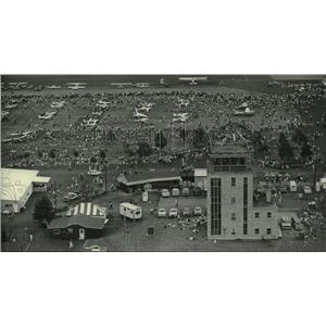 1983 Press Photo Crowds mill around planes at convention, Wittman Field, Oshkosh