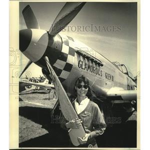 1986 Press Photo Connie Bowlin & her World War II-era P-51 Mustang - mjc29631