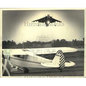 1987 Press Photo US Marine Corps Harrier jet hovers over runway at EAA, Oshkosh