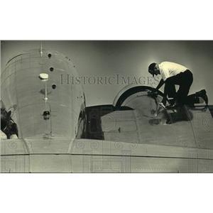 1987 Press Photo John Prine working on a 1937 Lockheed 10A, Wisconsin