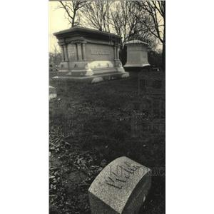 1988 Press Photo Gravesite of Alfred Lunt and Lynn Fontanne, Milwaukee