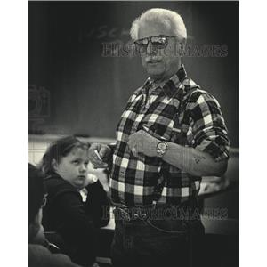 1992 Press Photo Walter Peltz speaks to students about his Holocaust experience