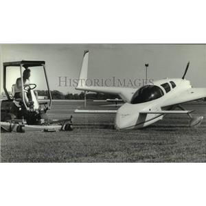 1993 Press Photo Experimental Aircraft Association worker mowing the grass