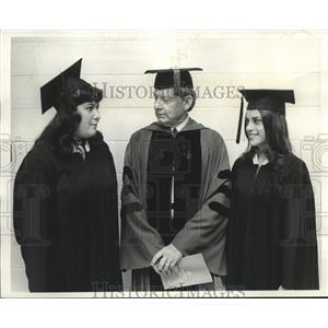 Press Photo UNO Chancellor Dr. Homer Hitt chats with summa cum laude graduates