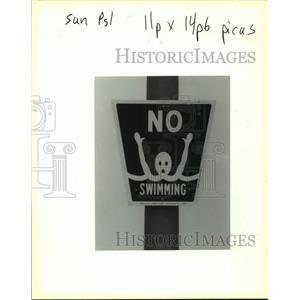 1991 Press Photo No Swimming Sign along banks of polluted Lake Pontchartrain