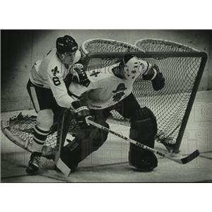 1980 Press Photo Admiral Hockey Players Dwight Schofield And Gord Garbutt In Net