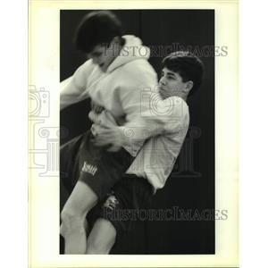1995 Press Photo Scott Maestri picks up wrestling partner David Reinhardt