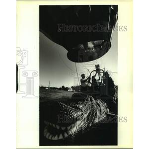 1995 Press Photo Balloonist lift off from Bayou St. John atop an alligator