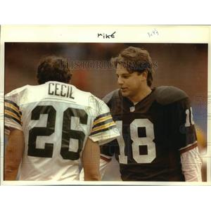 1992 Press Photo Browns football's Mike Tomczak talks to Packer's Chuck Cecil