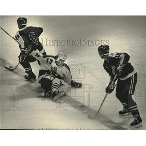 1988 Press Photo Milwaukee Admiral's Paul Lawless Tries to Stop Martin Burgers