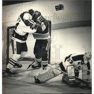 1989 Press Photo Admirals Jim Agnew fights Darin Smith, Hockey fight, Wisconsin