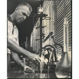 1961 Press Photo Robert Schmidt Chicago city water - RRW50195