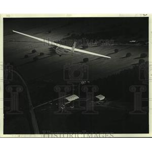 1979 Press Photo Pilot Jack Frost's plane flies above a field - nob78716