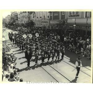 1983 Press Photo Bay View High School band in parade, Walt Disney World, Florida