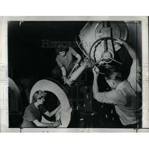 1945 Press Photo X-Ray Worker Bring One Million Volt Ma