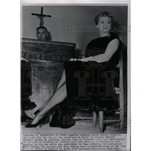 1960 Press Photo Swede Anita Ekberg testifies in trial - RRW19079