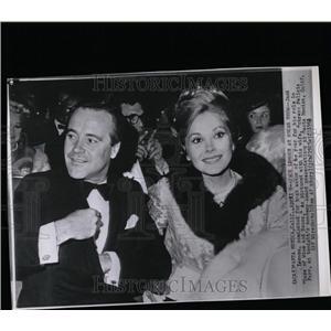 1963 Press Photo Jack Lemmon And Wife Felicia Farr - RRW07545