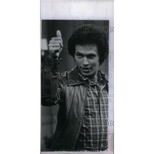 1979 Press Photo Actor Crystal Giving Thumbs Up - RRX42357