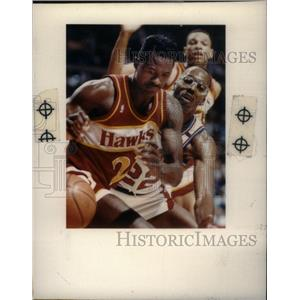 1991 Press Photo Pistons Salley Hawks Wilkins NBA - RRX38697