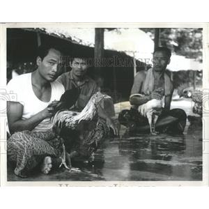 1971 Press Photo Indonesian Men Sit and Talk Endlessly - RRX84029