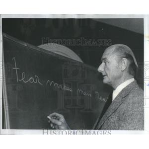 1976 Press Photo Veteran Pilot Psychologist Cumming Conduct Seminar Fearful