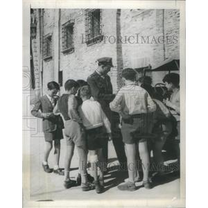 1945 Press Photo Capt. Jeffrey Lynn, Actor, Italy School Children- RSA98449