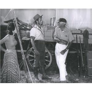 1955 Press Photo Director Henry King shows Richard Egan how to slap Rita Moreno
