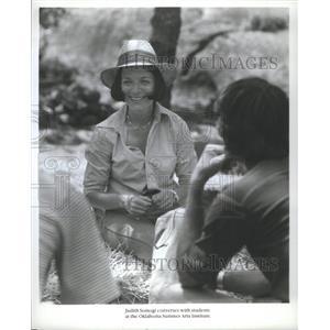 Press Photo Judith Somogi Converses with students at the Oklahoma - RSC32271