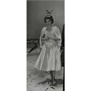 1956 Press Photo Actress Michaels Walking Beach - RRW71335