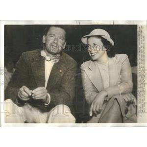 1938 Press Photo Herbert Marshall Lee Russell Getting Married In Las Vegas