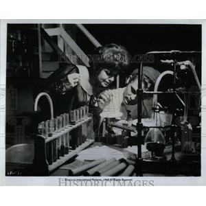 1968 Press Photo Shelley Winters Christopher Jones - RRW93651